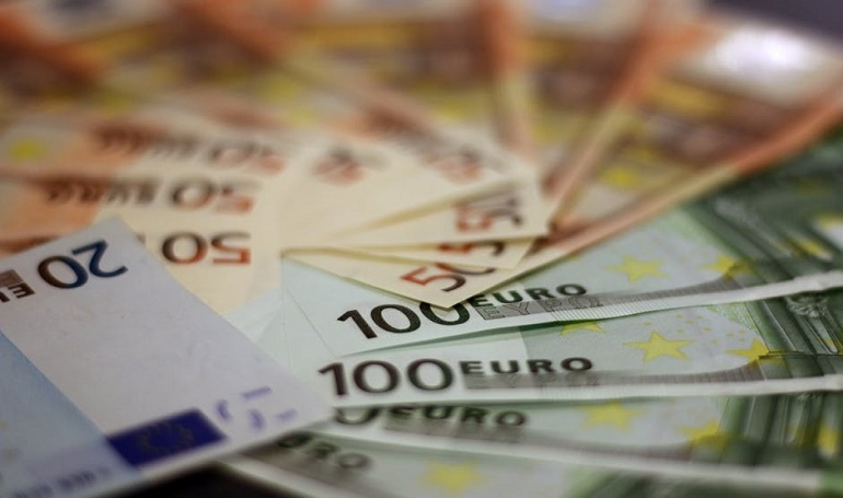 Euro Shares Edge Higher on Chinese Economy's Growth as Expected